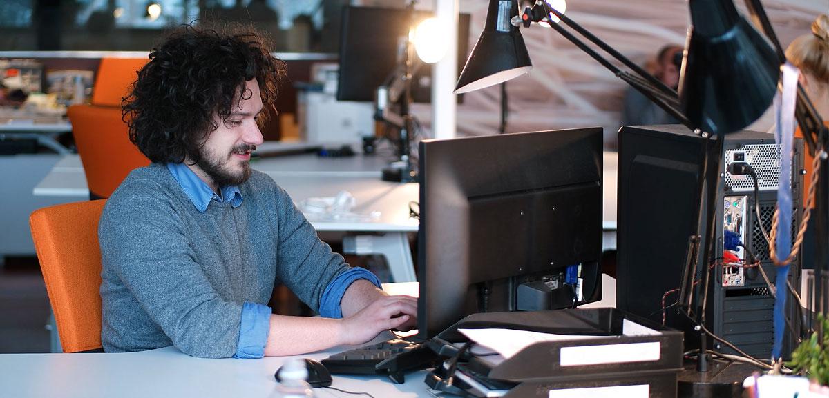 Business Manager 365 programmer at desk
